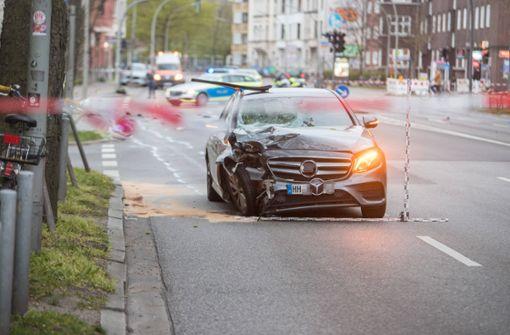 Autofahrer erfasst zwei Fußgänger – Lebensgefahr