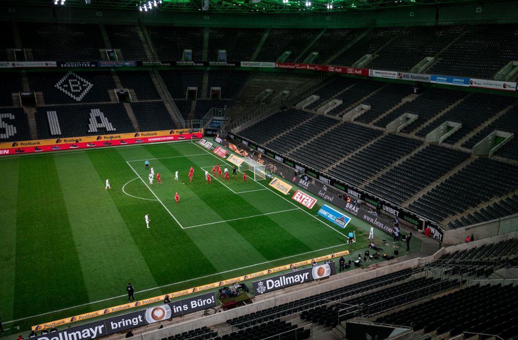 Laut eines Sportpsychologen machen Schiedsrichter in leeren Stadien weniger Fehler (Archivbild). Foto: dpa/Fabian Strauch