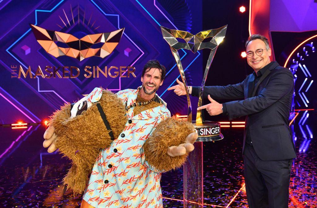 """Nein, nicht Stefan Raab steckte unter dem Faultier-Kostüm – Tom Beck gewann das """"The Masked Singer""""-Finale. Foto: dpa/ProSieben"""