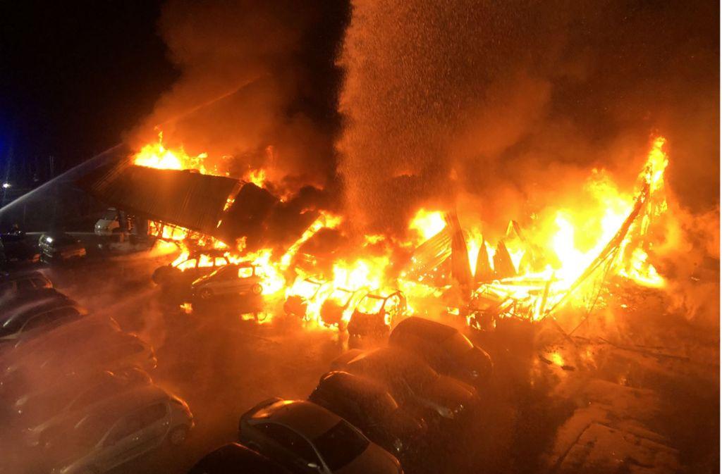 Sicht von der Drehleiter auf den Brand: Hier geht die Oldtimer-Halle in Flammen auf. Foto: Kreisfeuerwehrverband Bodenseekreis