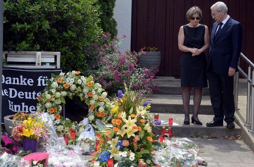 Blumen, Kerzen und eine Kusshand