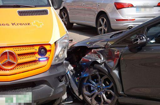 Auto prallt gegen Rettungswagen