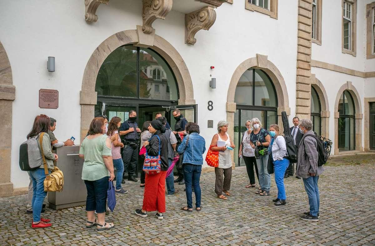 Mehrere Justizbeamte waren dafür zuständig, dass nicht zu viele Zuschauer ins Gerichtsgebäude strömten. Foto: Roberto Bulgrin