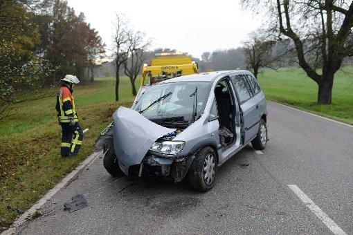 78-Jähriger fährt mit Opel Zafira frontal vor Baum
