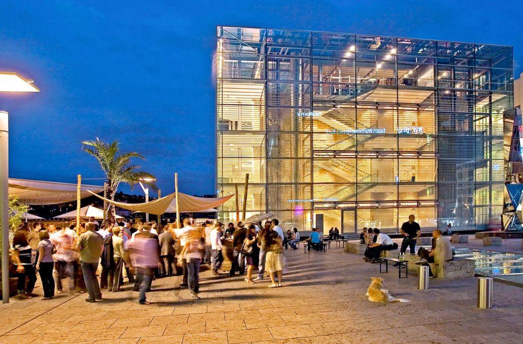 Treffpunkt an der Palme: Das Waranga beim Kunstmuseum breitet sich in schönen Sommernächten  weit auf dem Kleinen Schlossplatz aus. Foto: Wilhelm Mierendorf