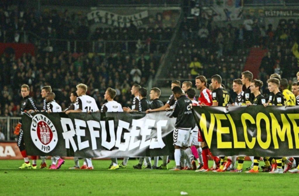 Ein Beispiel von vielen: St. Pauli und Borussia Dortmund  unterstützen Flüchtlinge. Foto: imago