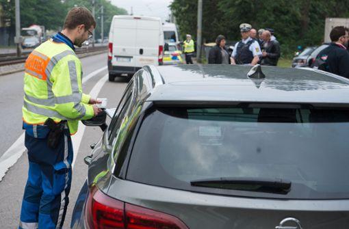 Die Polizei schaut den Autofahrern auf die Finger