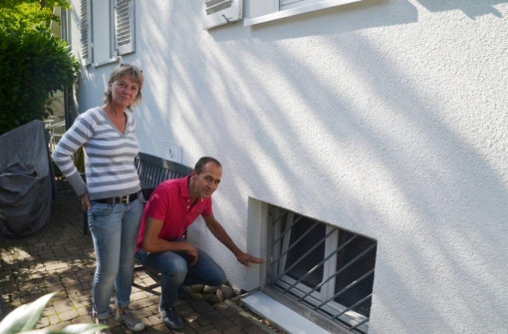 wasserschaden in sonnenberg mit eimer und kehrwisch gegen das wasser m hringen stuttgarter. Black Bedroom Furniture Sets. Home Design Ideas