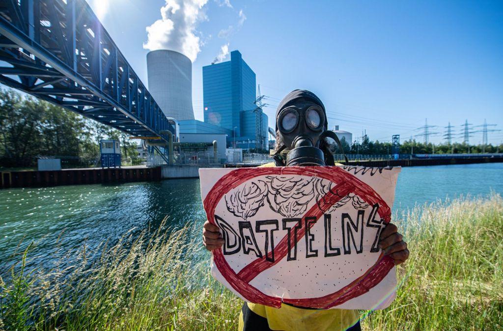 Umweltaktivisten haben am Samstag gegen das gerade in Betrieb genommene Kraftwerk Datteln 4 protestiert. Foto: dpa/Guido Kirchner