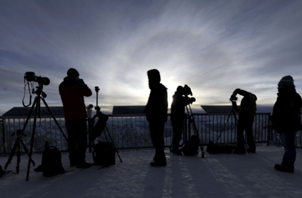 Hobby-Fotografen, die am Freitagmorgen die partielle Sonnenfinsternis mit ihrer Kamera festhalten wollen, sollten einige grundlegende Regeln beachten. Foto: dpa