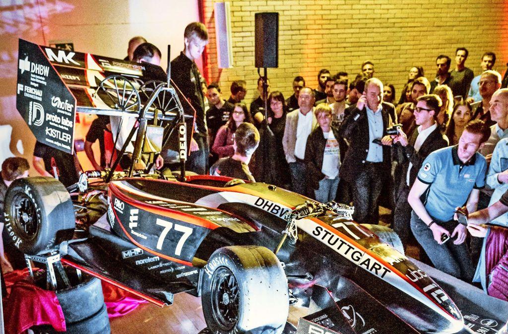 Mit seinen selbst gebauten Elektroboliden beschert das Formula-Student-Team der Dualen Hochschule internationale Erfolge und sich selbst Spaß und Studienpunkte. Foto: Lg/Julian Rettig
