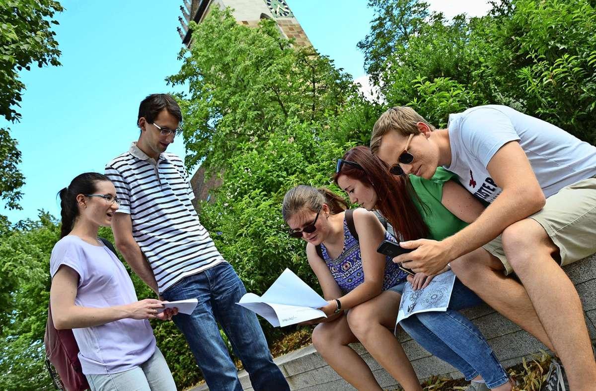 Digitale Outdoor-Schnitzeljagd nahe der Lutherkirche. Mit dabei: Melanie, Marcel, Laura, Lena und Lutz (v. li). Foto: Florian Ladenburger