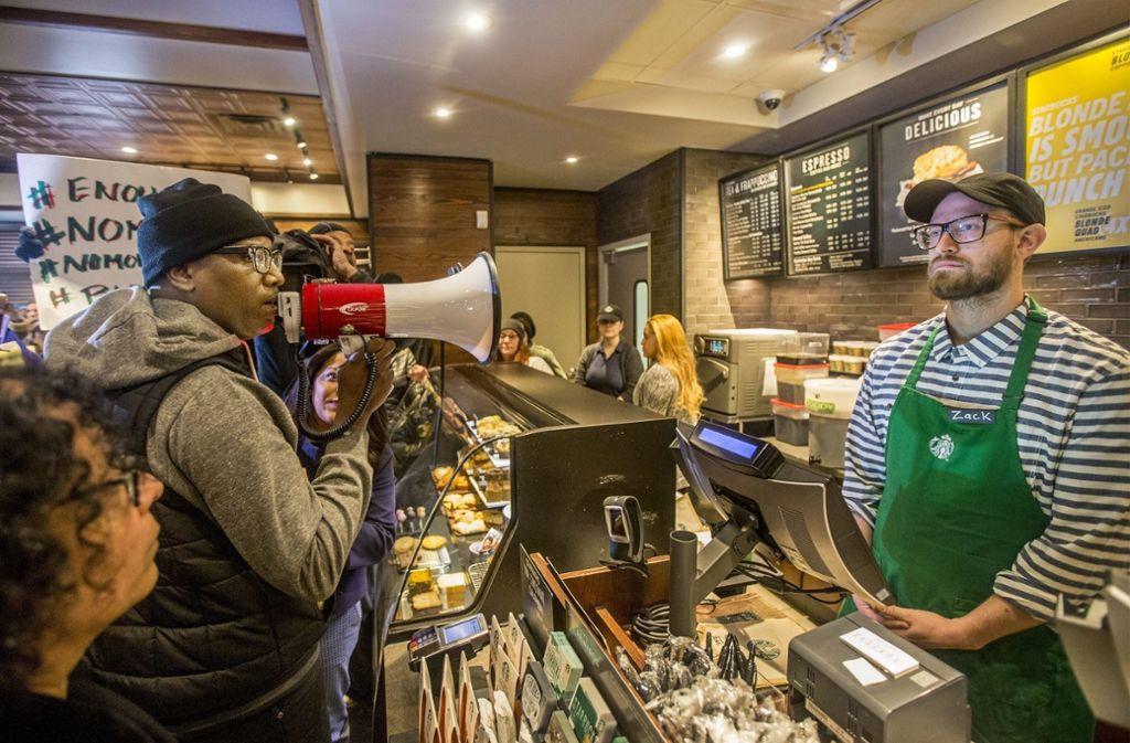 In Philadelphia haben zahlreiche Menschen gegen das Vorgehen in einer Starbucks-Filiale protestiert. Foto: The Philadelphia Inquirer
