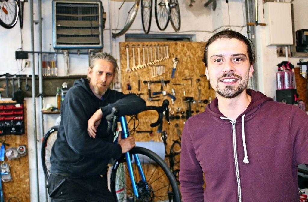 """Matthes Uhlenbusch (links) und Nikolas """"Bobo"""" Betzler führen die Fahrradwerkstatt an der Löffelstraße in Degerloch. Foto: Tilman Baur"""