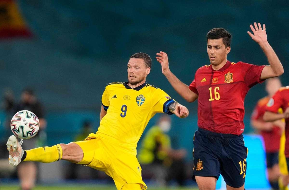 Marcus Berg (links) vergab bei der EM 2021 eine Großchance. Foto: AFP/THANASSIS STAVRAKIS