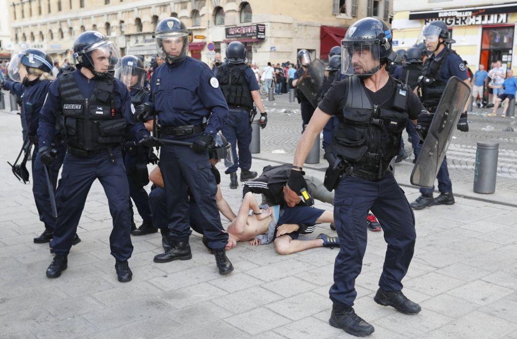 Die Polizei hat mehrere Hooligans während der Krawalle in Marseille festgesetzt. Die übergoße Mehrheit ist aber geflüchtet. Foto: AP