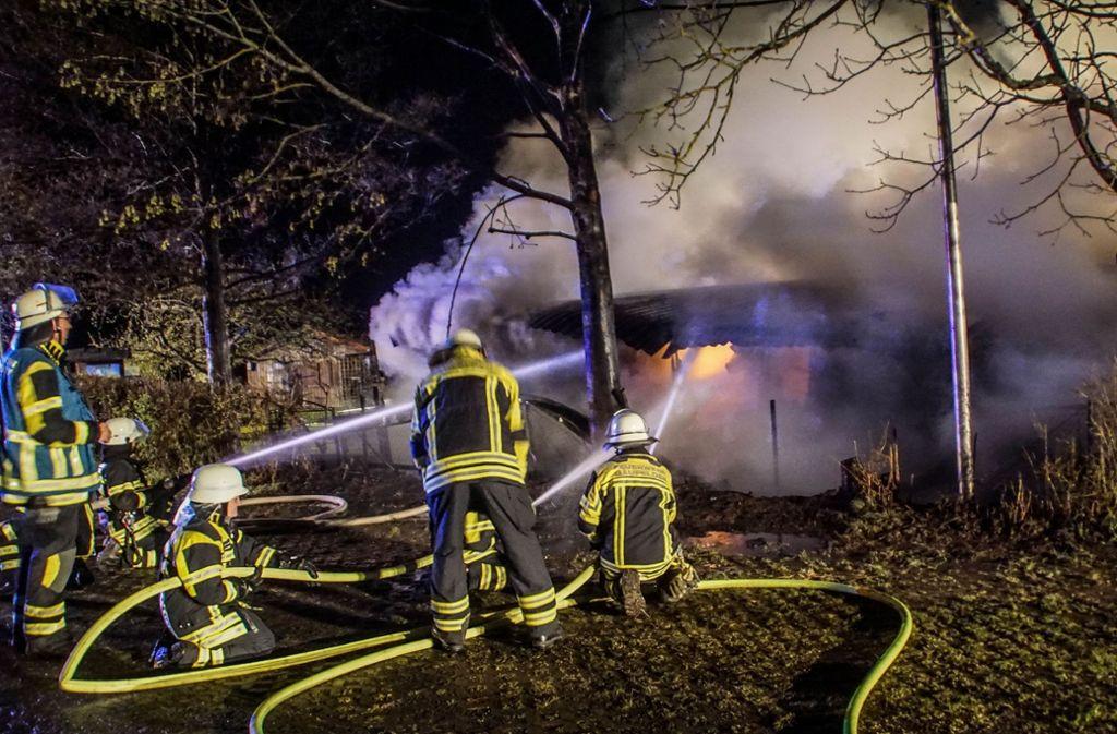 Die Feuerwehr war bis in die Morgenstunden mit dem Löschen beschäftigt. Foto: SDMG