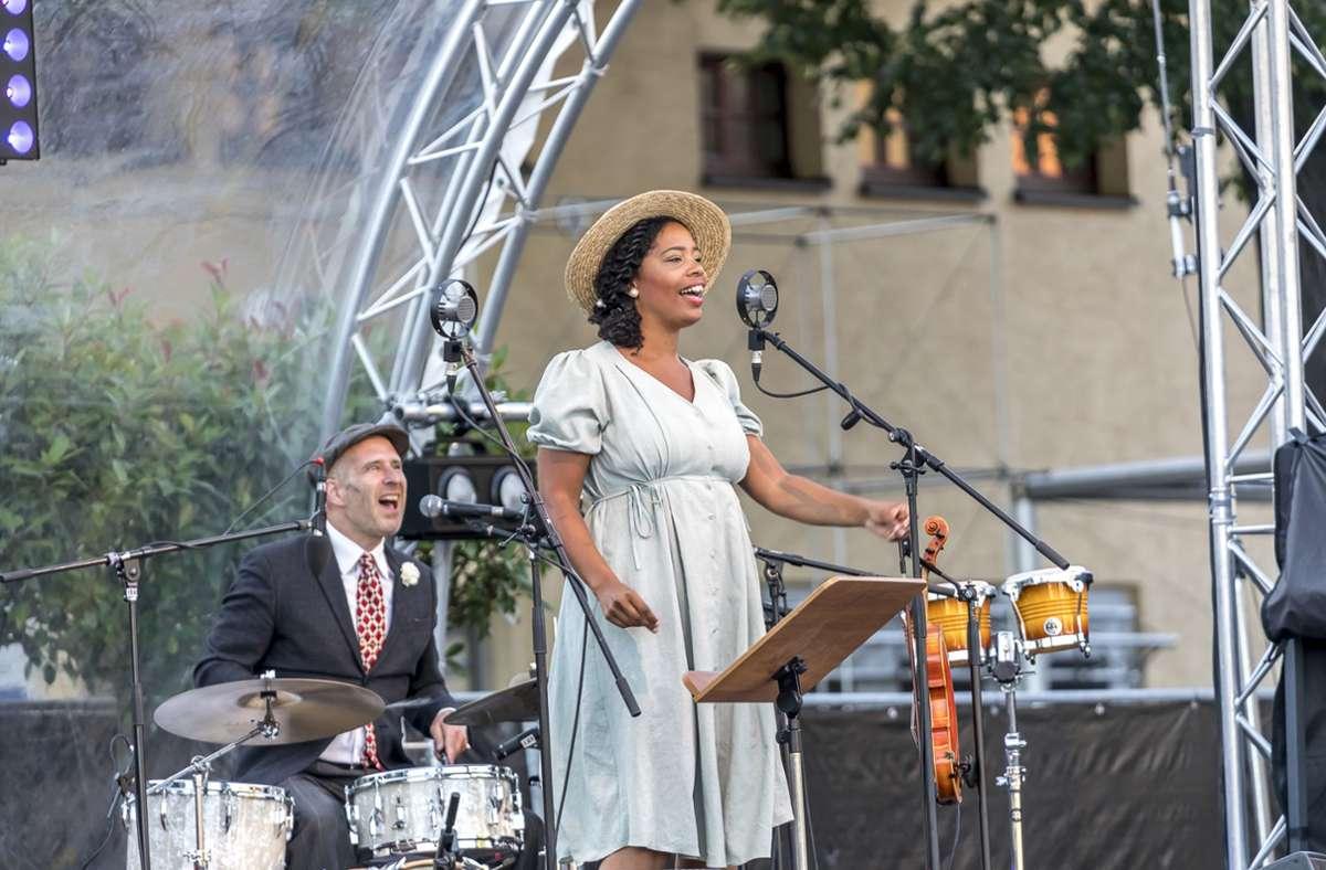 Andrew Andrews am Schlagzeug mit der Sängerin Linda Kyei. Foto: Andreas Engelhard