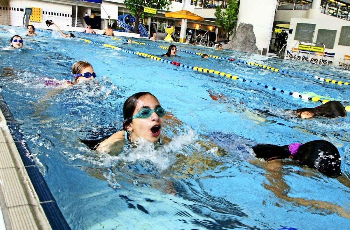 Insbesondere Mädchen mit langen Haaren hätten ein Problem, dürften sie sich nach dem Schwimmunterricht nicht die Haare föhnen. Foto: dpa/Roland Weihrauch