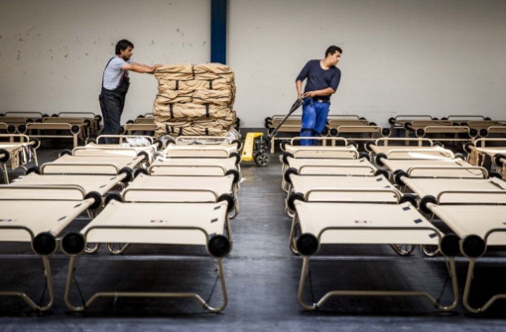 In der Hanns-Martin-Schleyerhalle in Stuttgart werden Klappbetten für Flüchtlinge aufgebaut. Foto: Lichtgut/Leif Piechowski