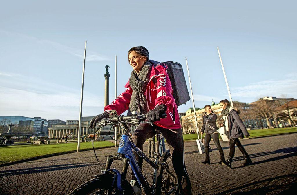 Radeln bei Sonnenschein und Schnee: die Studentin Alina Trafela ist eine von 120 Foodora-Kurieren in der Stadt. Foto: Lichtgut/Leif Piechowski