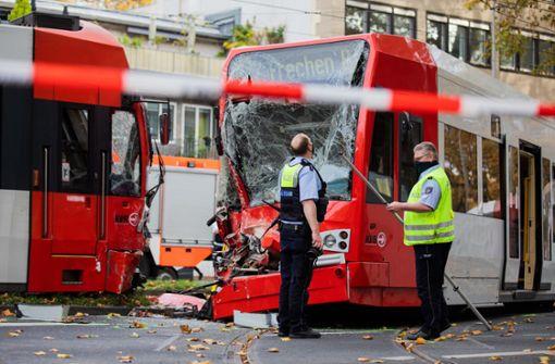 Straßenbahnen stoßen frontal zusammen – 20 Menschen verletzt