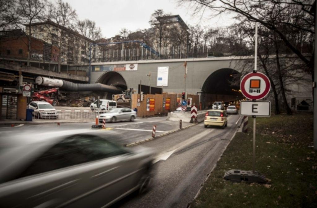 Während in der linken Röhre gesprengt wird, bleibt der Wagenburgtunnel (rechts) gesperrt. Foto: Lichtgut/Leif Piechowski
