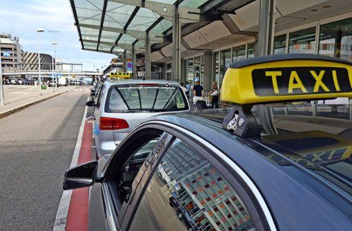 Vor den Terminals warten die Taxis um die Wette