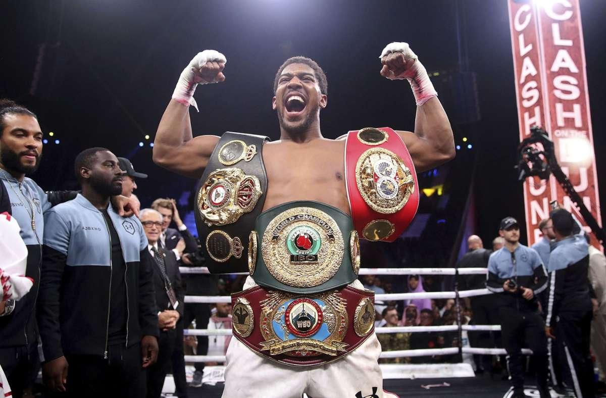 Box-Weltmeister Joshua nach der Rückeroberung seiner Gürtel im Dezember 2019 Foto: AP/Nick Potts