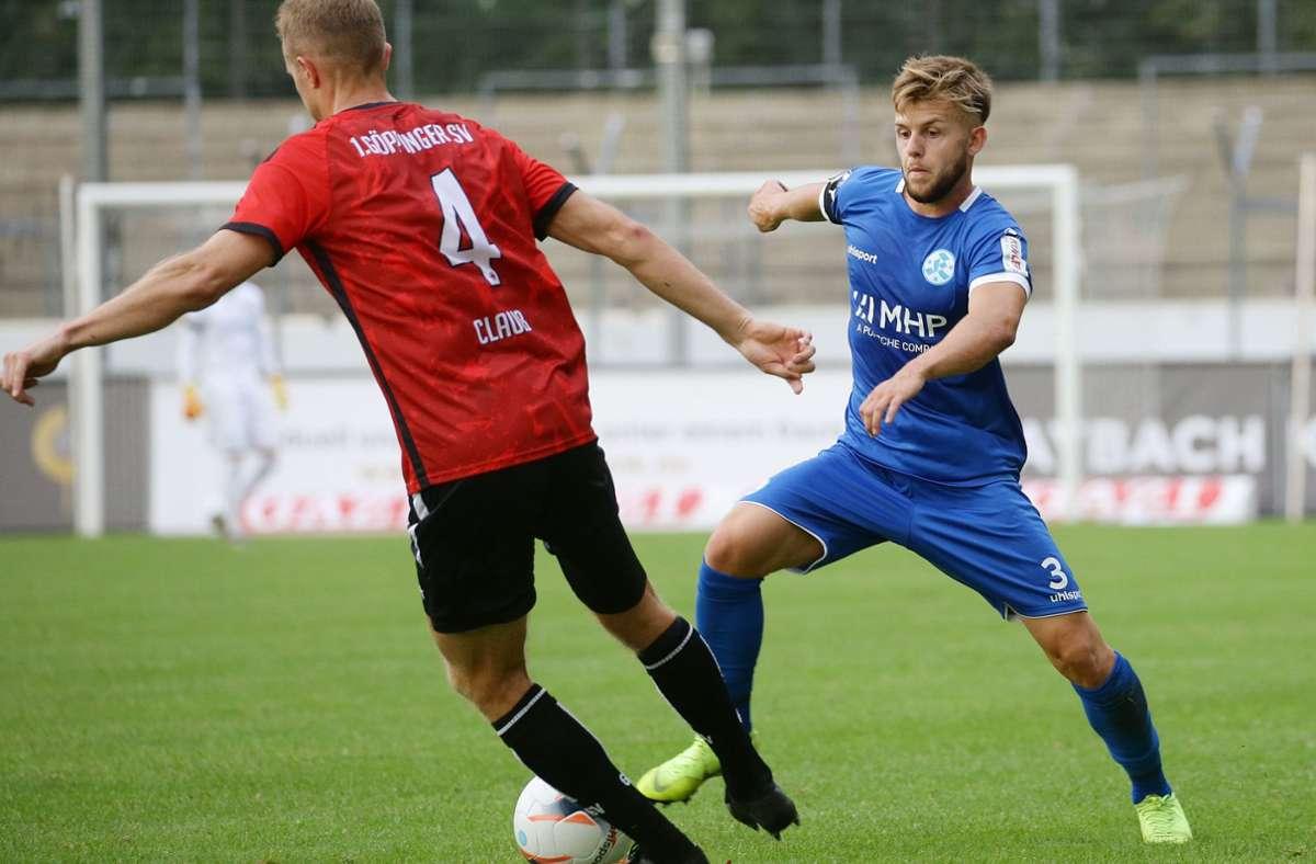 David Kammerbauer (re., gegen Göppingens Tobias Clauß) und die Stuttgarter Kickers: Chancenlos beim 0:2 unterm Hohenstaufen. Foto: Baumann