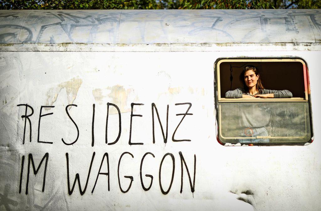 Die Figurenspielerin Laura Oppenhäuser   arbeitet im Waggon. Foto: Lichtgut/Christoph Schmidt