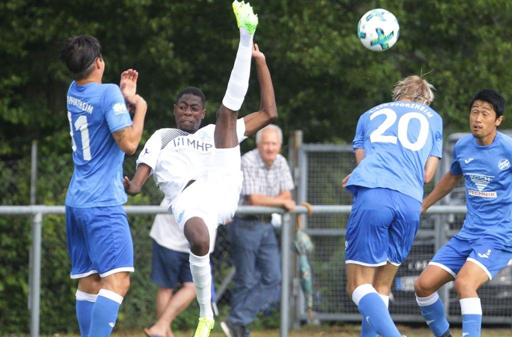 Kandidat für die Anfangsformation der Kickers in Friedrichstal: Ibrahim As Diakite (2. v. li.). Foto: Baumann