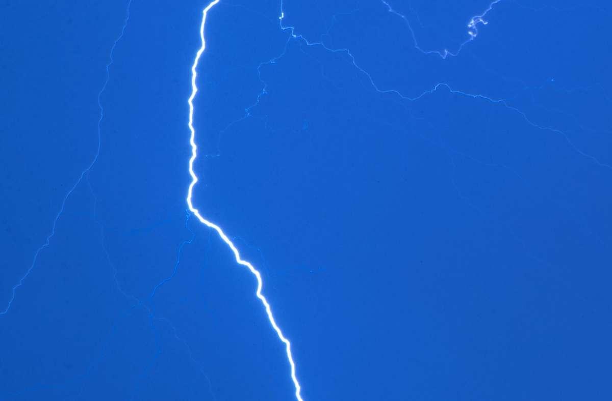 Der Blitz soll die Surferin bereits am Freitagabend getroffen haben. (Symbolbild) Foto: Jens Büttner/dpa-Zentralbild/dp/Jens Büttner