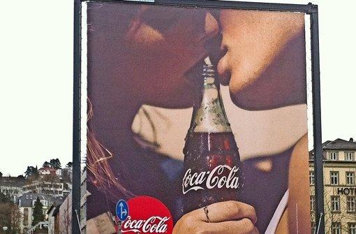 Hinter der Werbefläche ließe sich ein fünfstöckiges Haus verbergen. Gleichsam selbst schuld ist, wer beim Blick aufs Reklamemotiv an Pornografisches denkt. Foto: privat