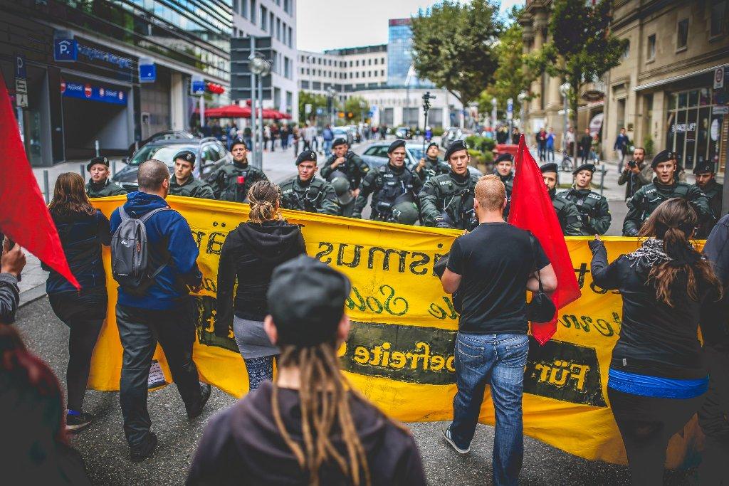 Zwei Demonstrationen - eine gegen PKK-Terror und eine gegen die Türkei - zogen am Sonntag durch die Stuttgarter Innenstadt. Dabei kam es zu Zusammenstößen. Weitere Bilder aus der Stadt zeigt die folgende Fotostrecke. Foto: www.7aktuell.de | Robert Dyhringer