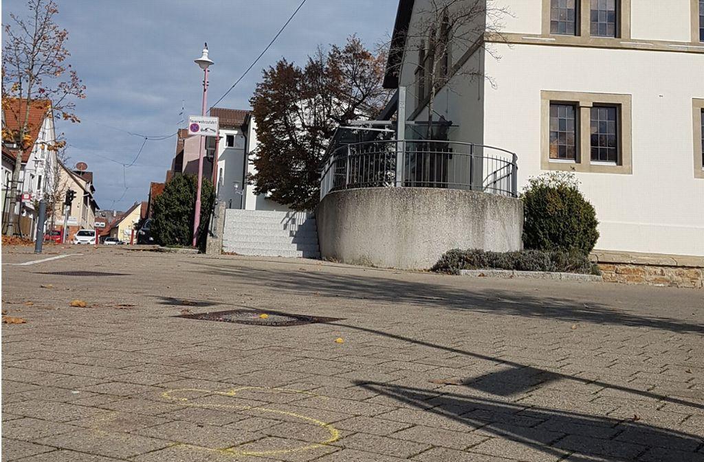 Die gelben Kreise auf dem Boden (links unten im Bild) geben einen Hinweis auf das, was in der Ortsmitte von Harthausen am Wochenende geschehen ist. Foto: Frank Wahlenmaier