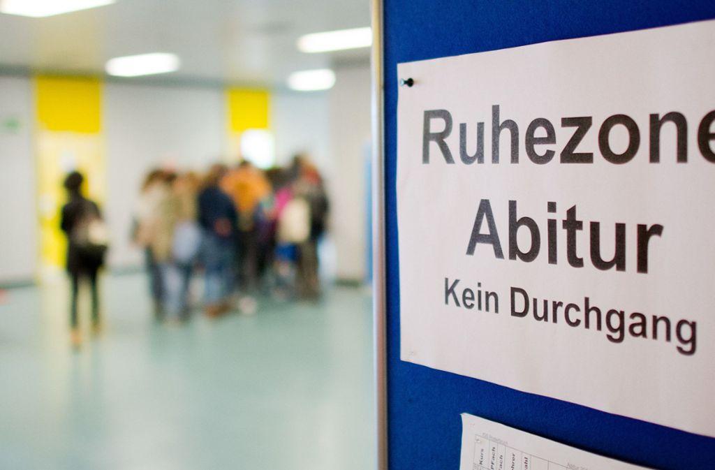 Die Vergleichbarkeit des Abiturs soll verbessert werden, fordern Lehrer und Arbeitgeber. Foto: dpa/Julian Stratenschulte