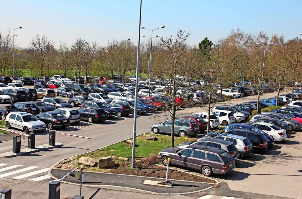 Auf dem ebenerdigen Porsche-Firmenparkplatz gibt es 390 Stellplätze. Sie sollen durch 1320 Plätze in zwei Parkhäusern ersetzt und ergänzt werden. Foto: Archiv Bernd Zeyer