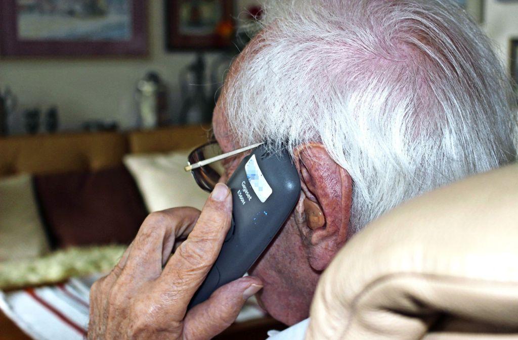 Ein Senior ist auf Trickbetrüger reingefallen, weil er die Nummer 110 im Display gesehen hat. Foto: Caroline Holowiecki
