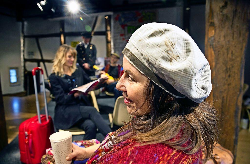 """Nina Oelmann (links) und Nora Curcio (im Vordergrund) laden am Samstag zur Premiere """"Stille Nacht – irgendwo im Nirgendwo"""" nach Neckartailfingen. Foto: Horst Rudel"""
