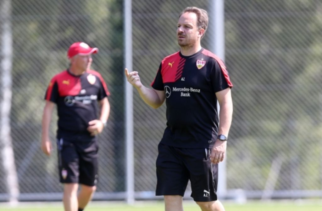 Der VfB-Trainer Alexander Zorniger nimmt die Dinge gern selbst in die Hand. Foto: Pressefoto Baumann