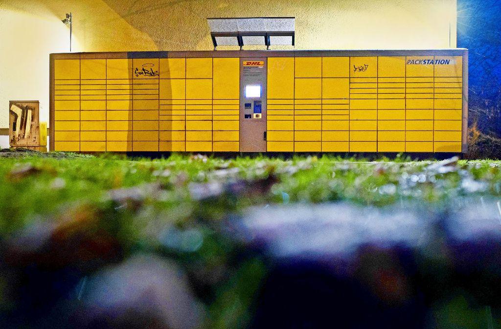 Die DHL-Packstation an der Kantstraße Ecke Roseggerstraße in Potsdam (Brandenburg), in der die Paketbombe aufgegeben wurde Foto: dpa