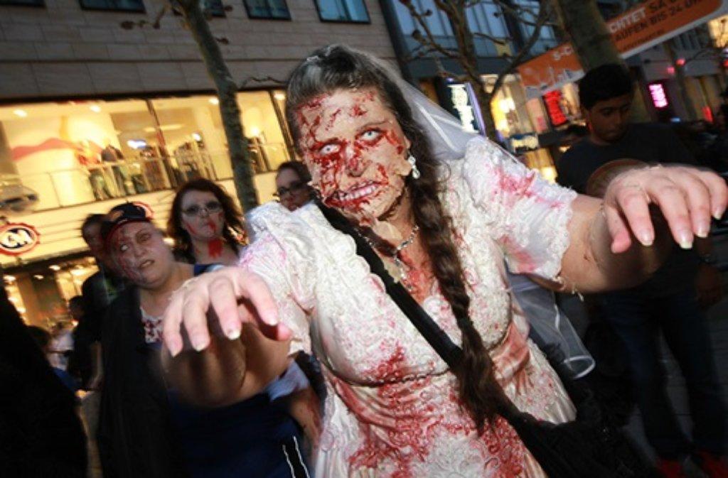 Angetan mit Furcht erregenden Masken, zotteligen Kostümen sowie jeder Menge Kunstblut trieben Zombies ihr Unwesen in der Stuttgarter Innenstadt. Foto: FRIEBE|PR/ Andreas Friedrichs