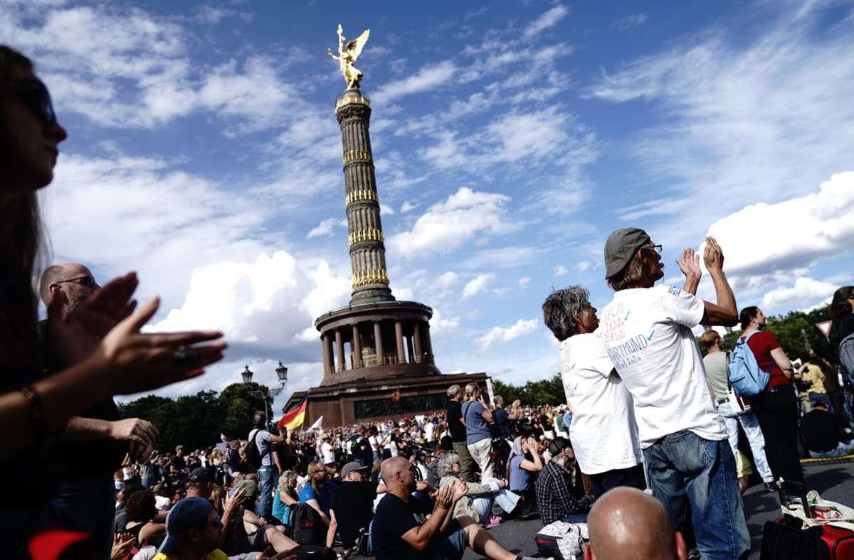 An der Siegessäule in Berlin haben Zehntausende Menschen gegen die staatlichen Corona-Schutzauflagen demonstriert. Foto: dpa/Kay Nietfeld