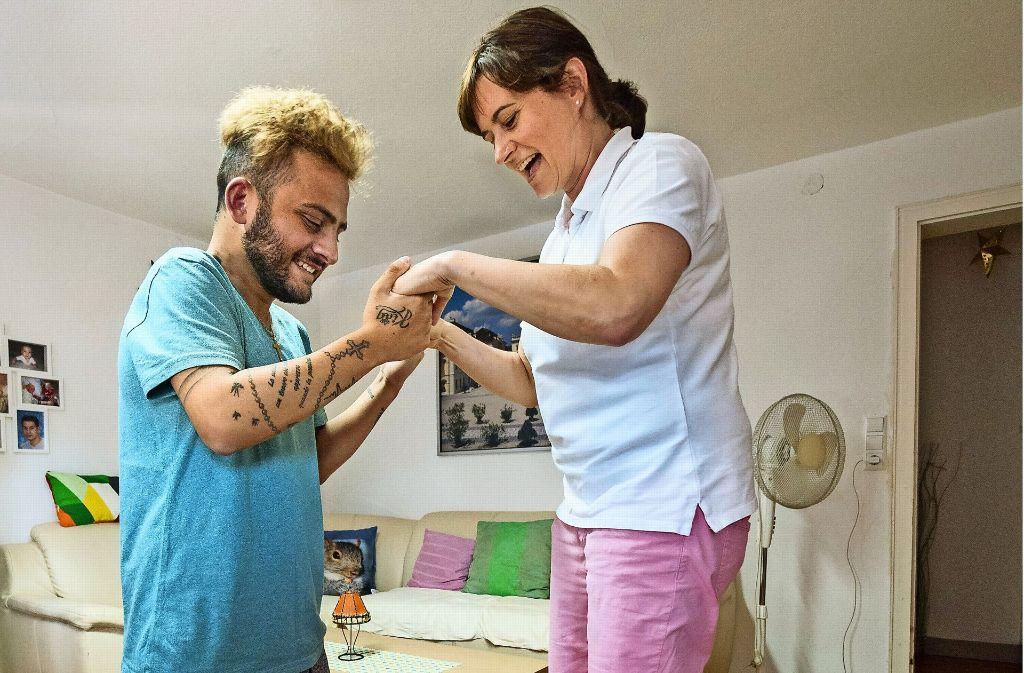 Vertauschte Rollen: Gionatan Curia hilft der Ärztin Kerstin Richter auf dem Hoverboard ins Gleichgewicht. Foto: factum/Weise