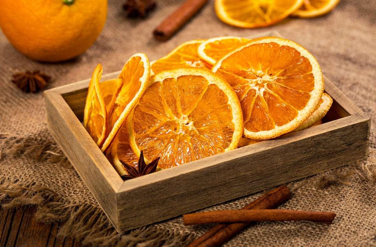 Wir verraten Ihnen 3 einfache Wege, wie Sie Orangenscheiben ohne viel Aufwand trocknen können. Foto: Alisafarov / Shutterstock.com