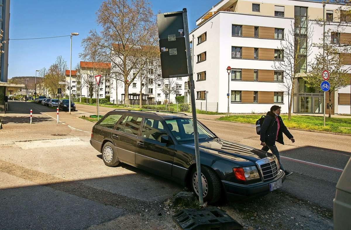 Mehr als eine Unsitte: Das Parken auf dem Gehweg. Foto: Roberto Bulgrin