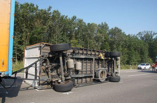 Lkw-Anhänger kippt auf A81 um – Gaffer bestraft
