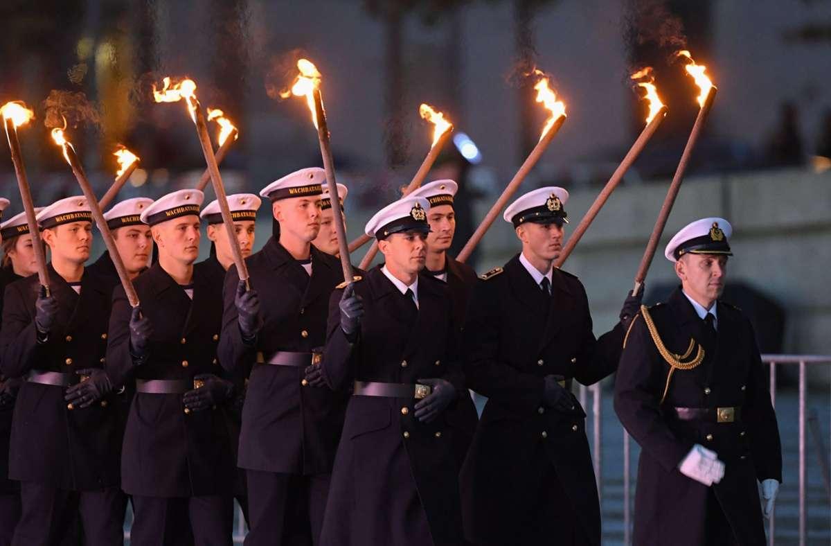 Soldaten  beim Großen Zapfenstreich in Berlin Foto: dpa/Christophe Gateau