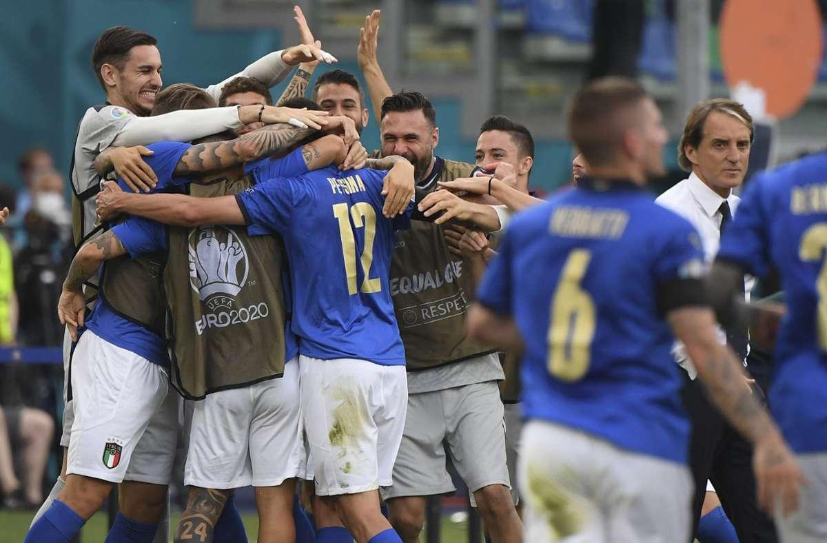 Unbändiger Jubel bei den Italienern – der dritte Sieg im dritten Spiel. Foto: dpa/Alberto Lingria